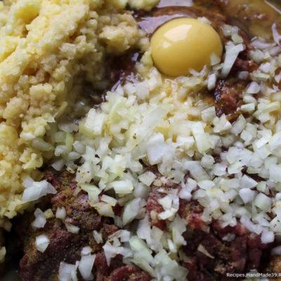 Смешать куриный фарш, хлеб, картофель, яйцо и желток