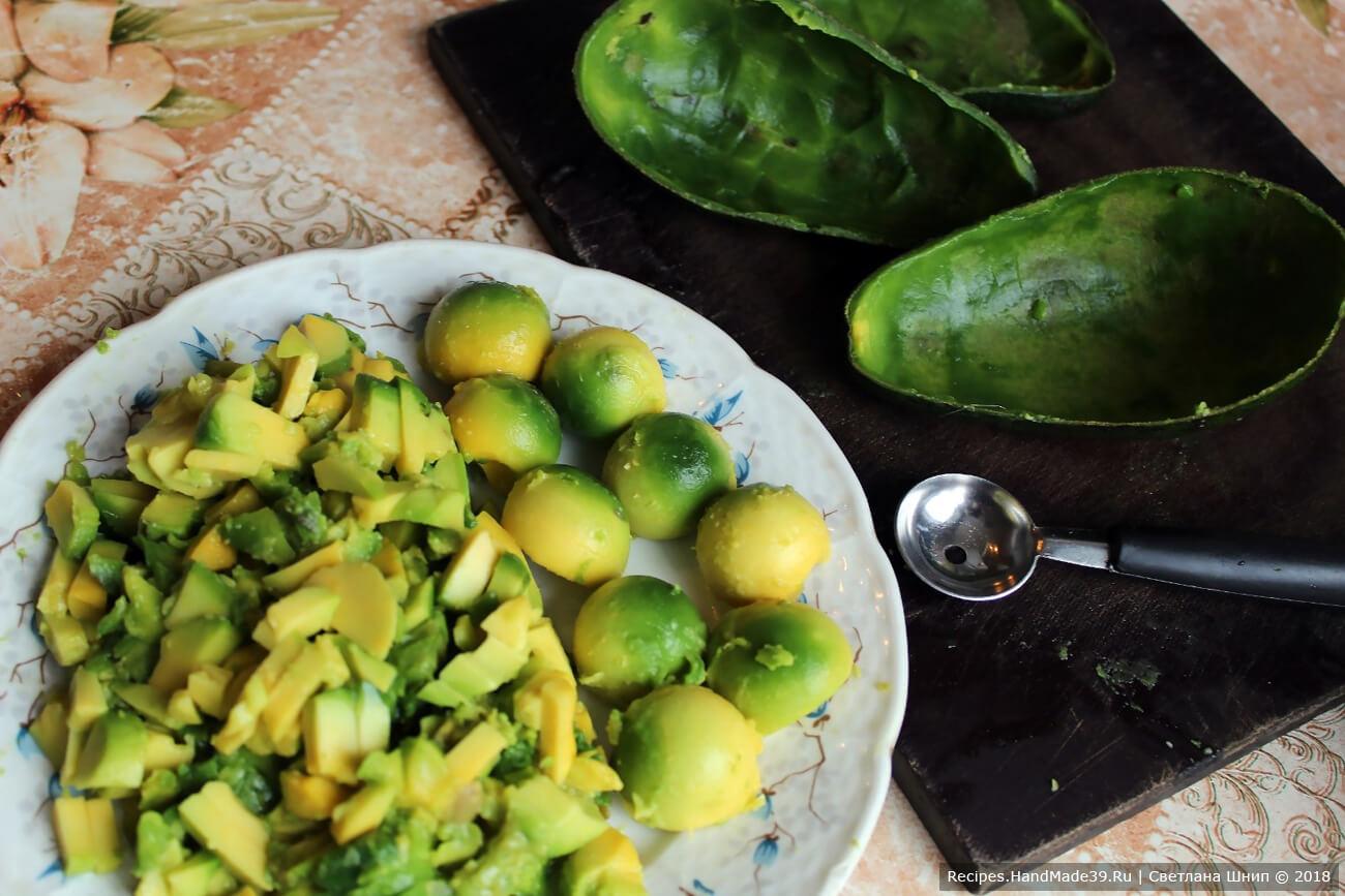 Авокадо разрезать пополам вдоль косточки