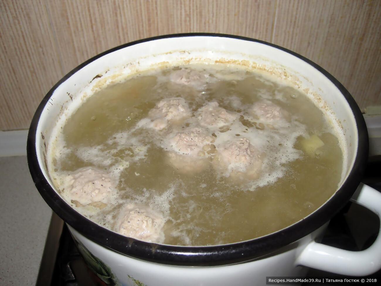 Когда овощи проварились, отправляем в суп фрикадельки, перемешиваем и варим до тех пор, пока они не «всплывут». На этом же этапе следует добавить также порезанный небольшими кусочками болгарский перец