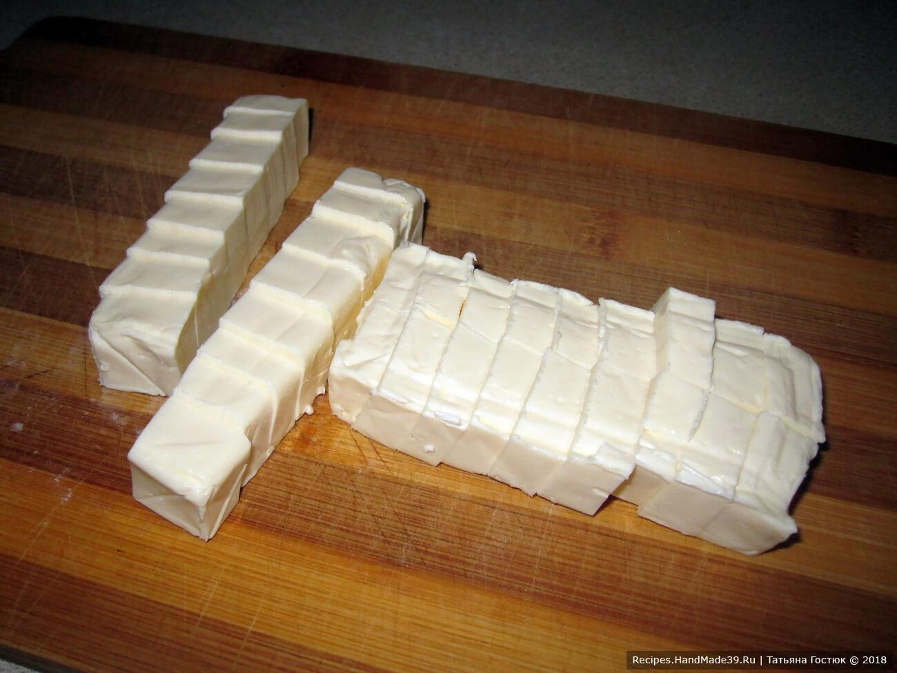 Плавленые сырки нарезаем кубиками