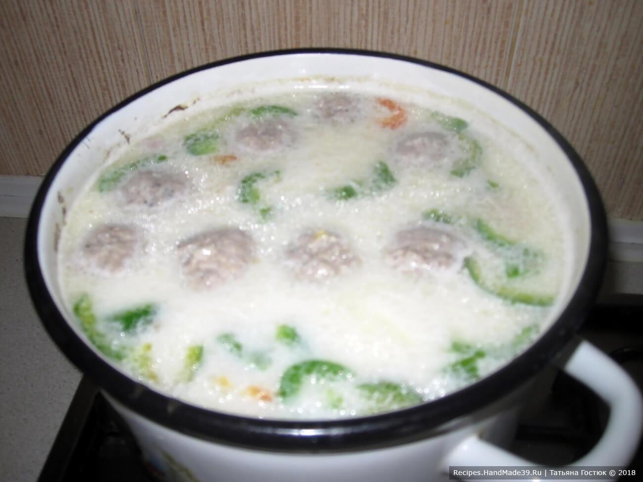 В несколько заходов отправляем порезанные сырки в суп, постоянно его перемешивая