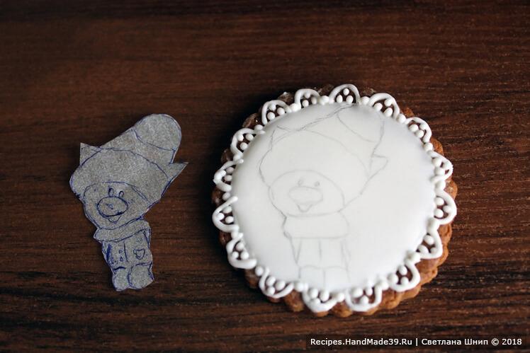 Заранее заготовить шаблон рисунка на кальке, перенести рисунок на застывшую белую глазурь простым карандашом