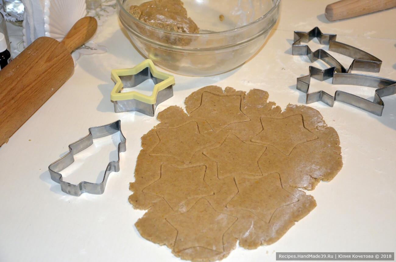 На силиконовом коврике раскатать тесто от 5 мм толщиной. Вырезать печенье формочками