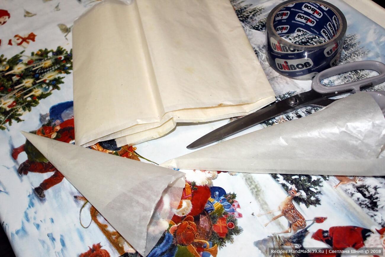 Заполнить глазурью кондитерский мешок. Использовать насадку с маленьким круглым отверстием