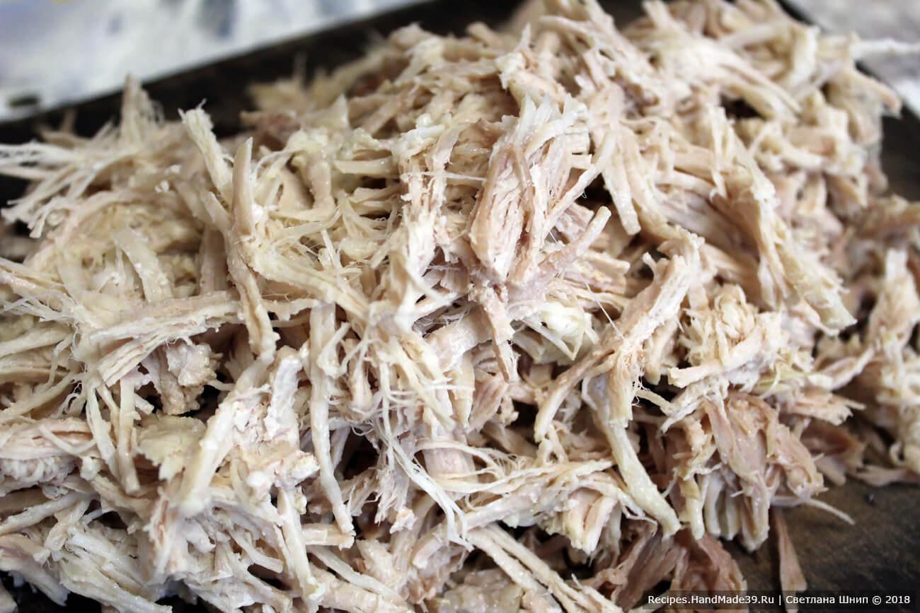 Остывшее мясо мелко нарезать или разобрать на волокна