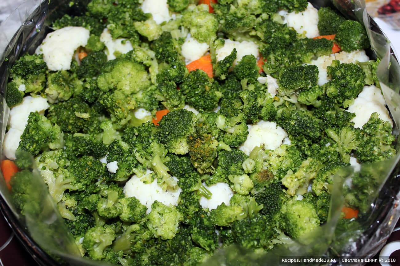 Выложить второй слой из чередующихся соцветий брокколи и цветной капусты. Поставить форму в холодильник на 30 минут для застывания