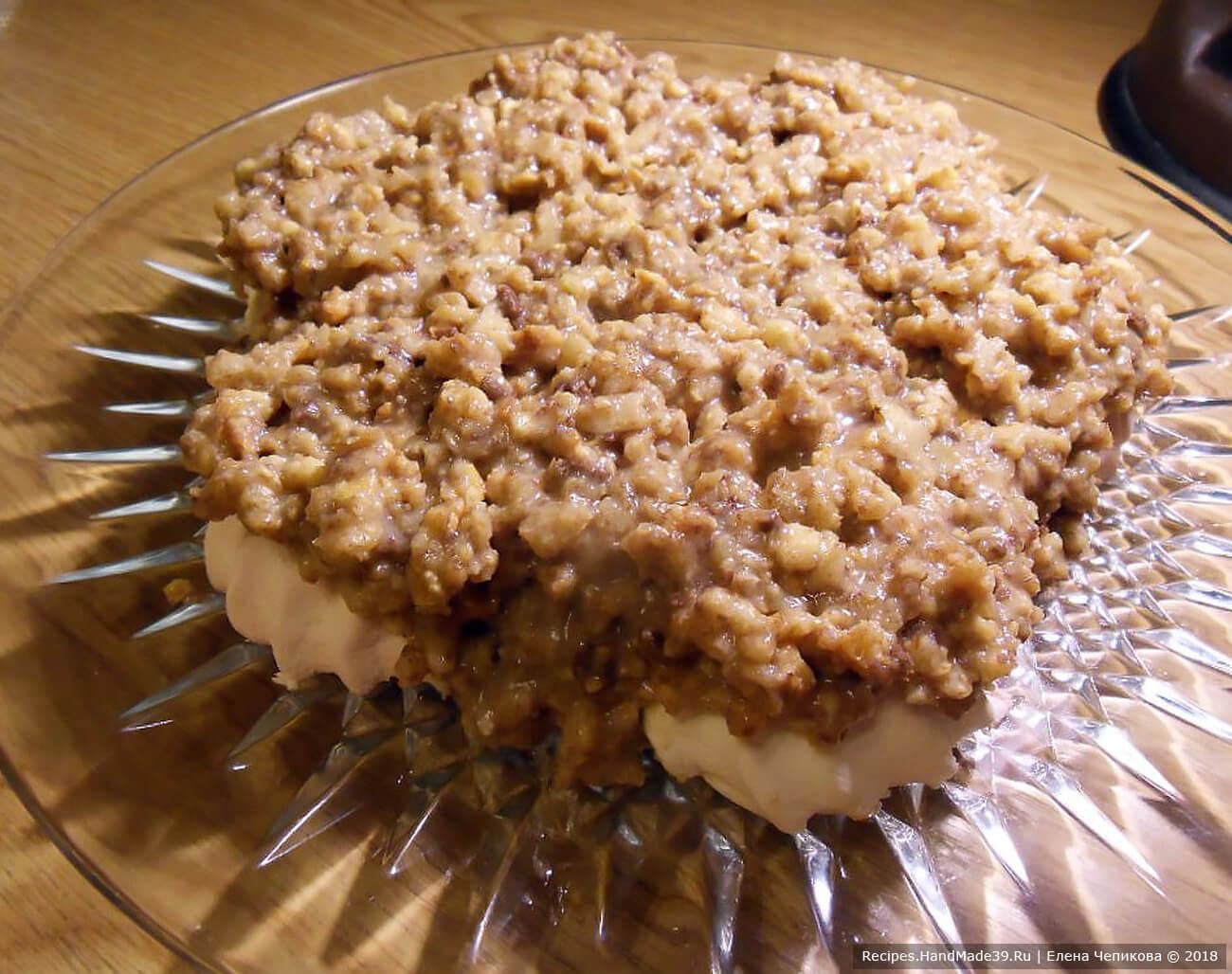 Выложить поверх зефира половину массы из орехов, печенья и сгущёнки