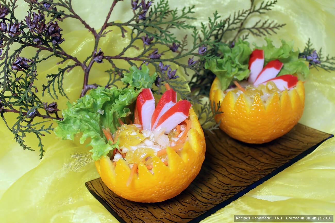 Наполнить корзинки салатом. Вложить в каждую корзинку кусочек листового салата, украсить несколькими ломтиками крабовых палочек. Приятного аппетита!