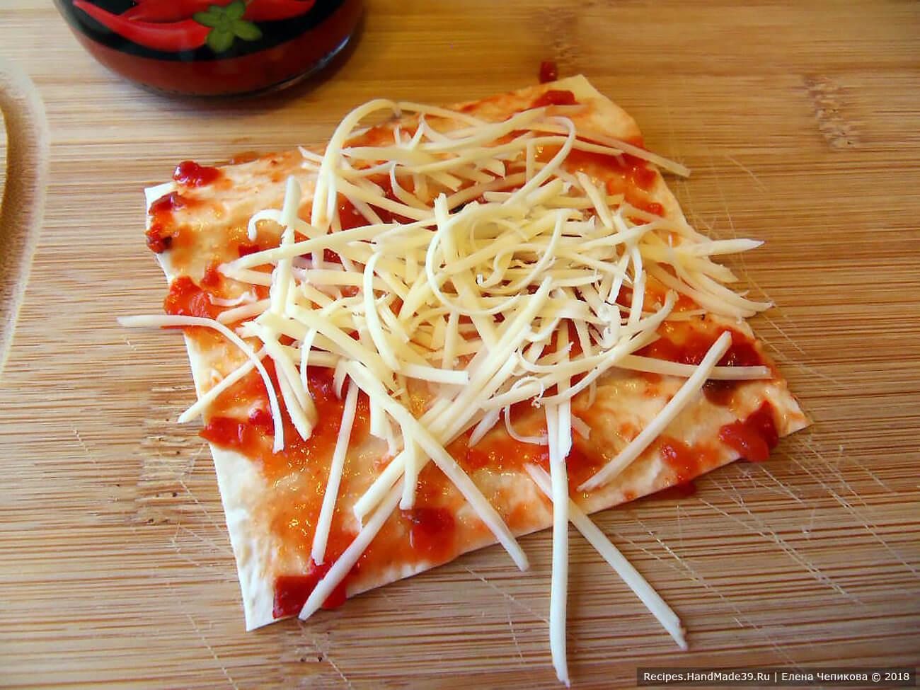 Посыпать квадратики тёртым сыром