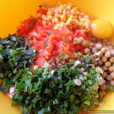 Соединить картофель, курицу, кукурузу, зелёный горошек, болгарский перец, зелёный лук, яйцо