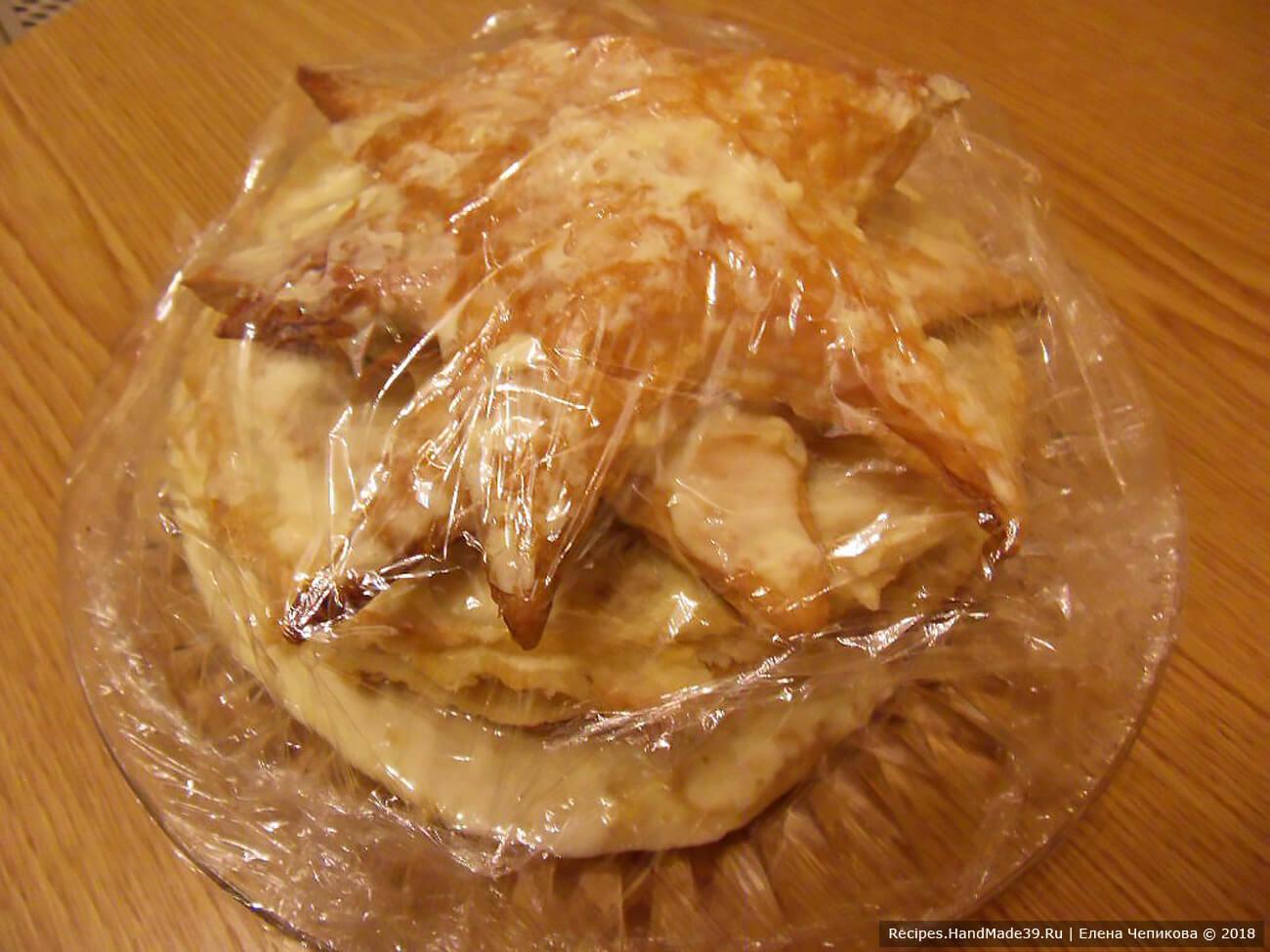 Осторожно закрыть торт пищевой плёнкой и оставить в холодильнике примерно на 8 часов пропитаться