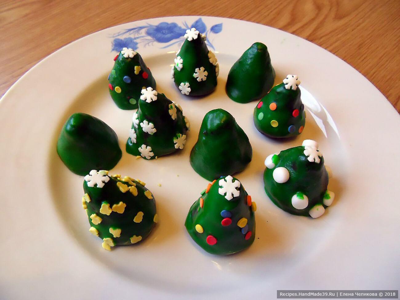 Украсить трюфели декоративной посыпкой и поместить в холодильник для застывания глазури. Приятного аппетита!