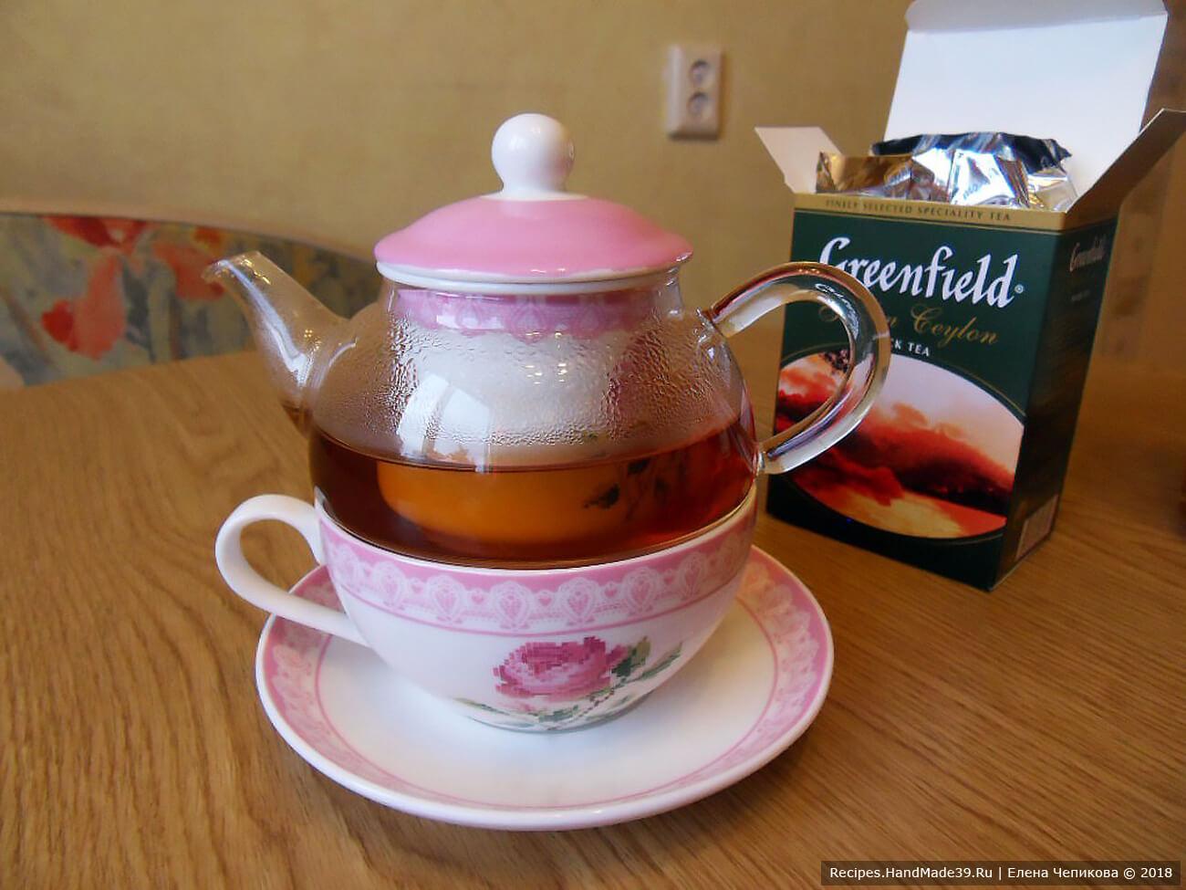 Чайник обдать кипятком. Заварить чёрный чай