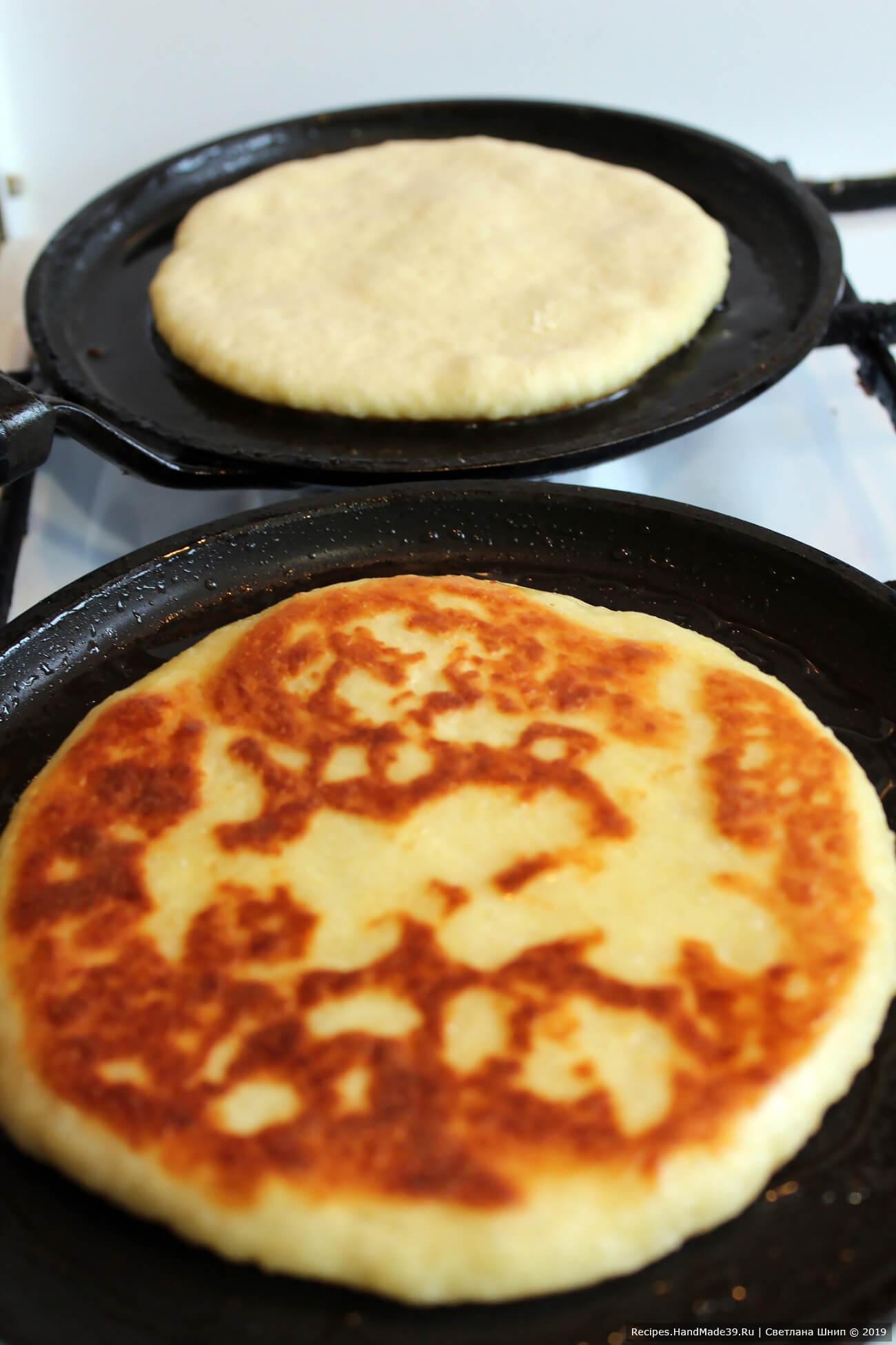 Лепёшки обжарить с двух сторон на сковороде в небольшом количестве масла. Жарить на среднем огне под крышкой до зарумянивания