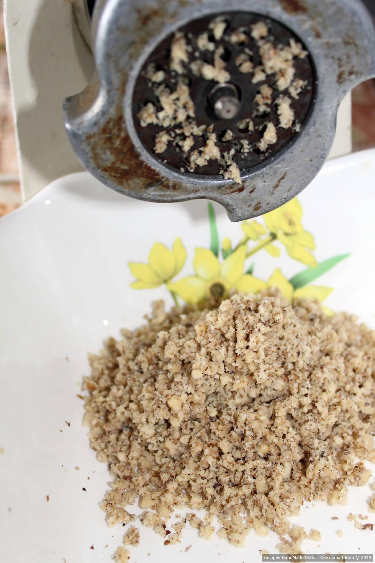 Орехи измельчить в мясорубке