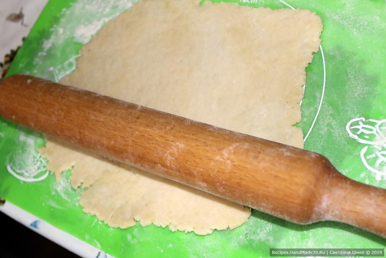 Разделить тесто на 4 части. Каждую часть раскатать скалкой в прямоугольник толщиной 5 мм. Поверхность предварительно посыпать мукой