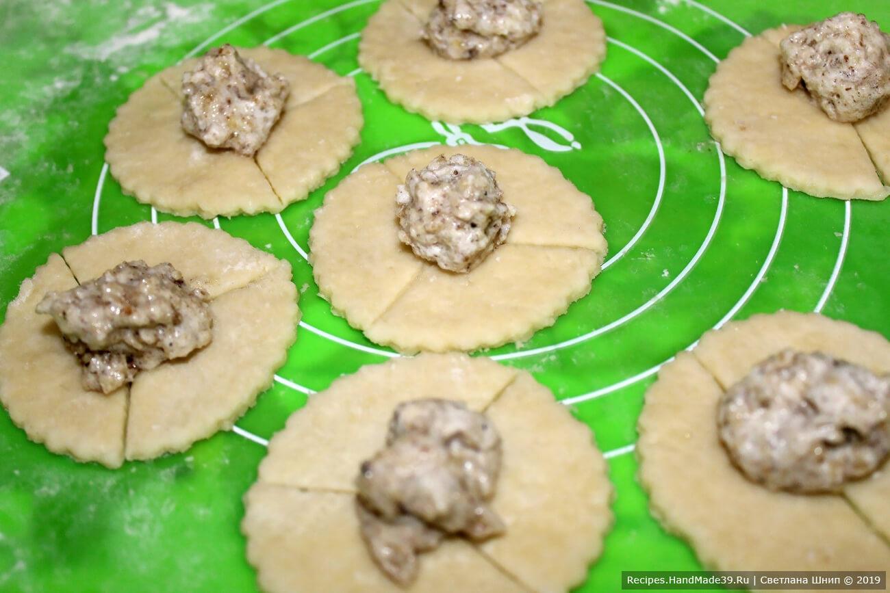 Вариант оформления печенья «розочки»: вырезать кружочки, сделать надрезы по кругу. Выложить начинку в центр кружка