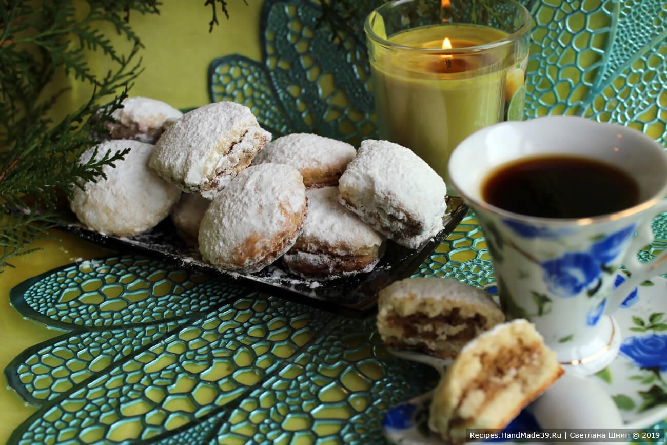 Готовое печенье остудить и посыпать сахарной пудрой. Приятного аппетита!
