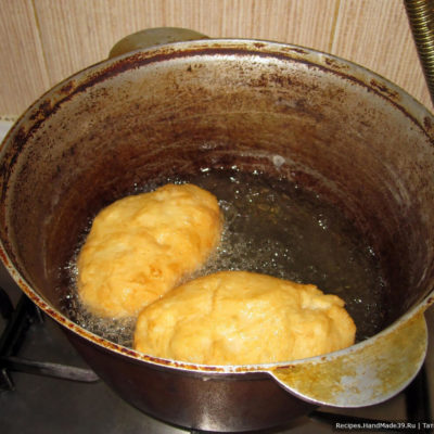 На среднем огне обжариваем наши пирожки во фритюре сначала с одной стороны, затем с другой