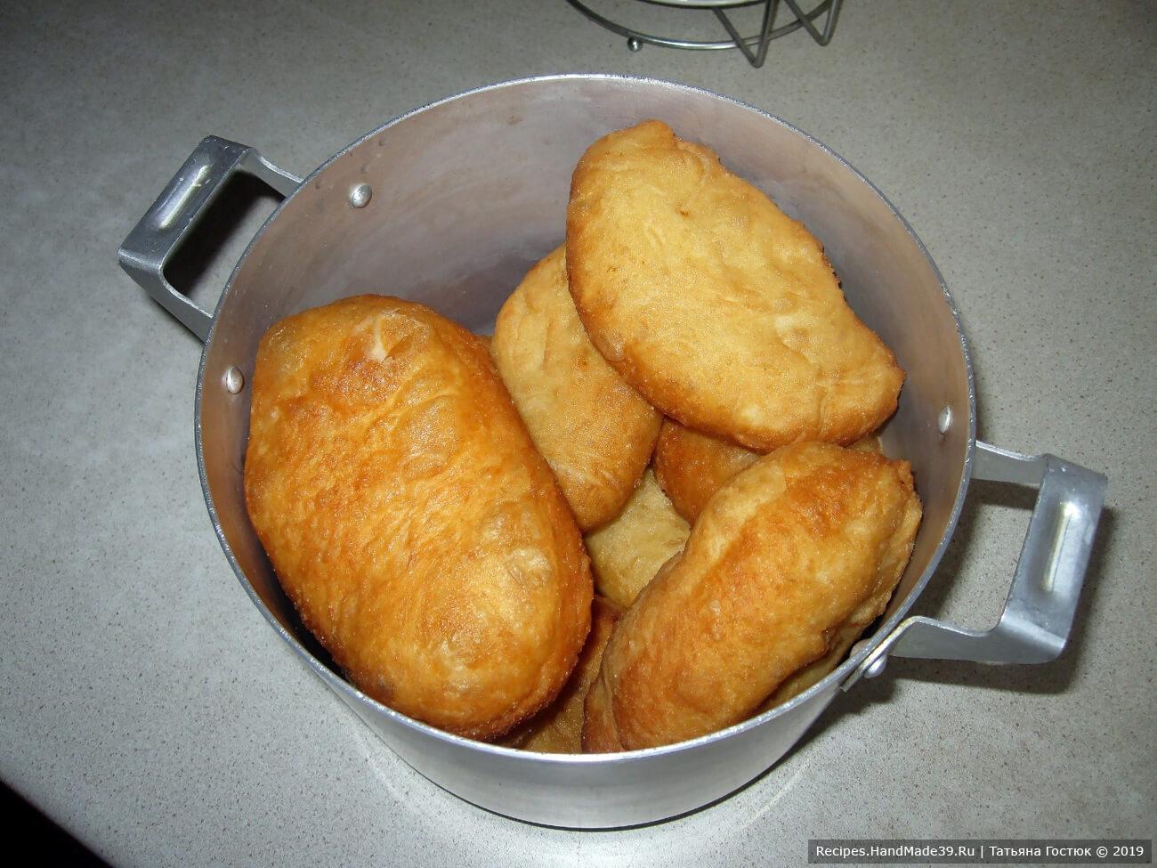 Готовые пирожки укладываем в кастрюлю и накрываем крышкой, чтобы они «отошли» после жарки и стали мягонькими