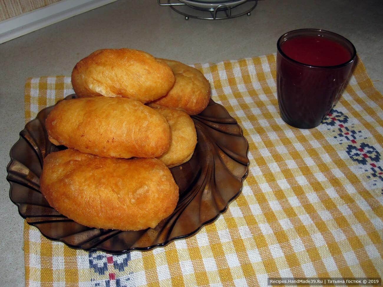 Теперь можно звать домашних к столу и лакомиться свежими горячими пирожками. Хотя, я уверена, семейство уже само пришло – на запах… Приятного аппетита!