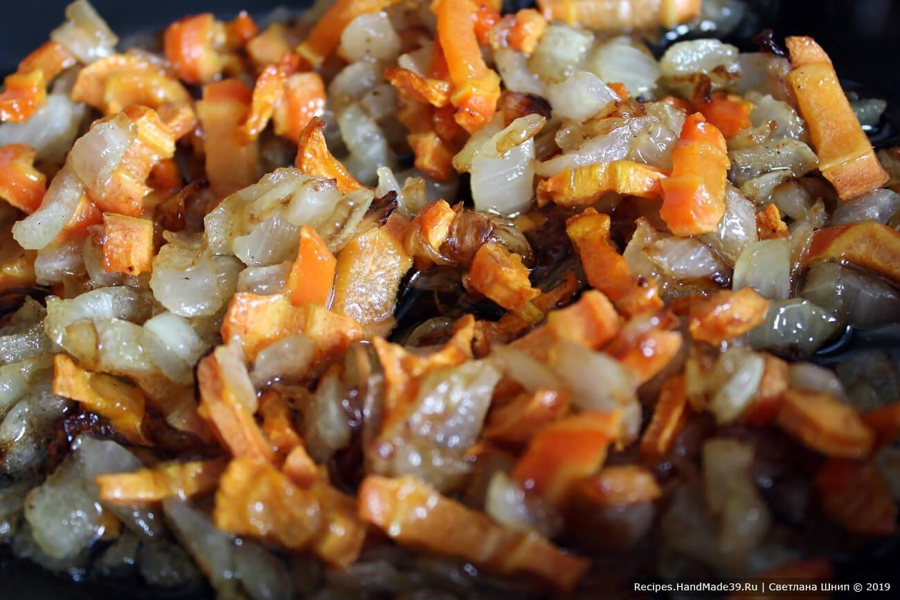Репчатый лук и морковь вымыть, очистить, мелко нарезать, обжарить в масле