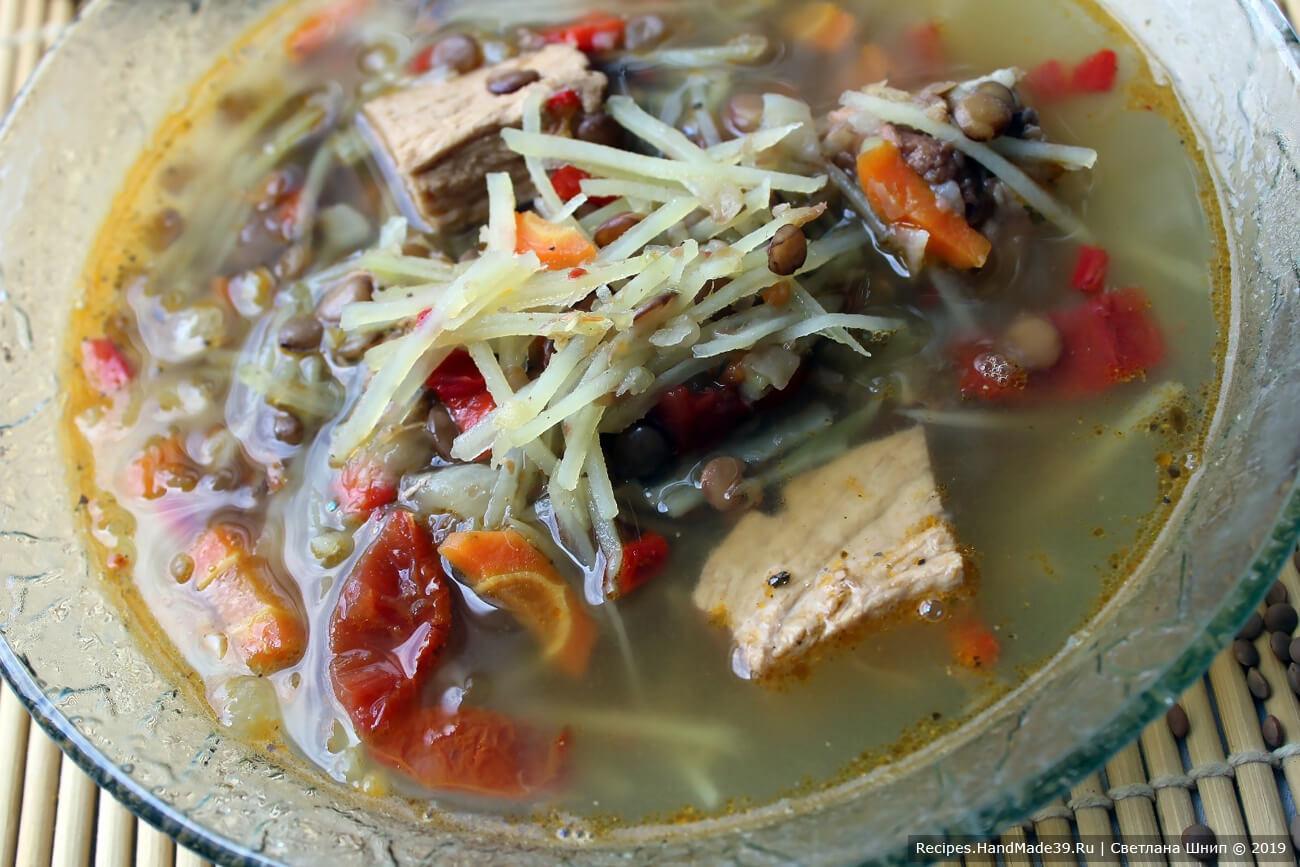 Добавить в бульон тушёные овощи, посолить, довести до кипения, варить ещё 5 минут