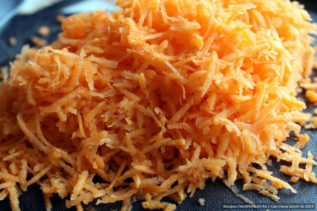 Морковь вымыть, очистить и натереть на крупной тёрке