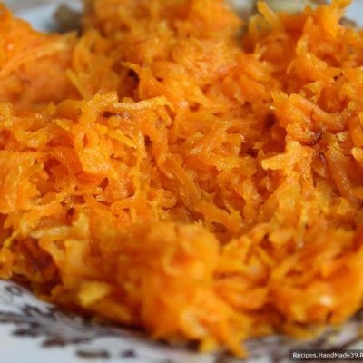 Обжарить в масле лук и морковь до прозрачности лука