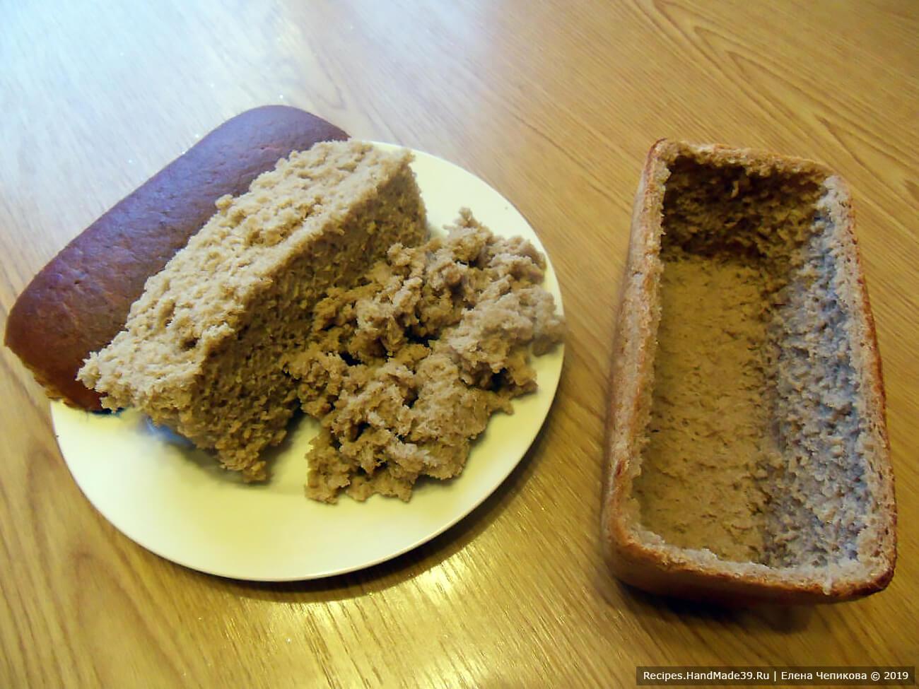 У хлебной буханки срезать верхушку. Осторожно вынуть весь мякиш. Должна получиться форма-корочка