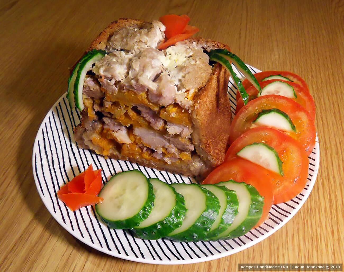 Вкусная свинина, запечённая в чёрном хлебе с овощами