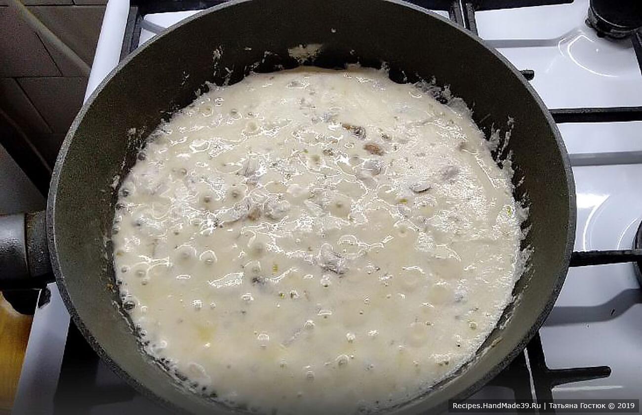 Доводим соус до кипения и желаемой консистенции