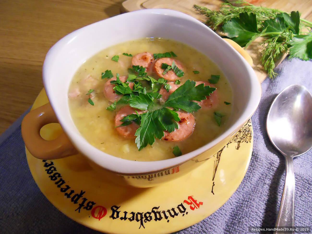При подаче добавить в суп нарезанные кусочками обжаренные подкопченные сосиски и петрушку. Приятного аппетита!