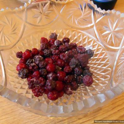Свежезамороженные ягоды (у меня вишня и ежевика)