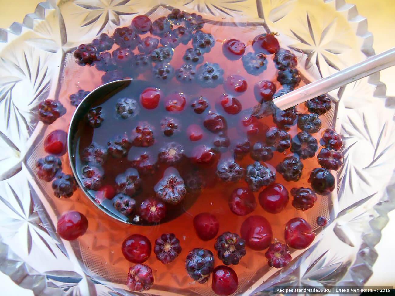 Залить ягоды ледяным шампанским. Добавить ледяной фруктовый чай. Приятного аппетита!