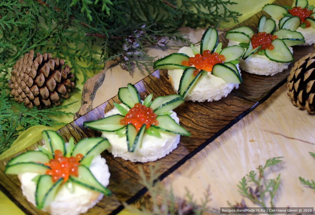 Перо зелёного лука порезать наискосок, выложить луковые «лепестки» между огуречными. Приятного аппетита!
