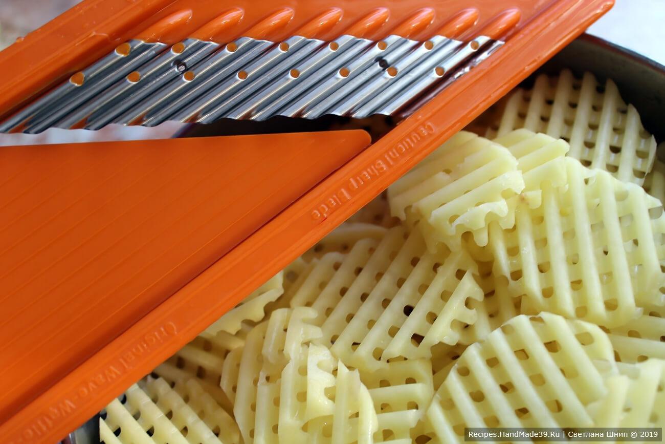 Картофель вымыть, почистить, натереть на тёрке «вафельными» или обычными пластинами