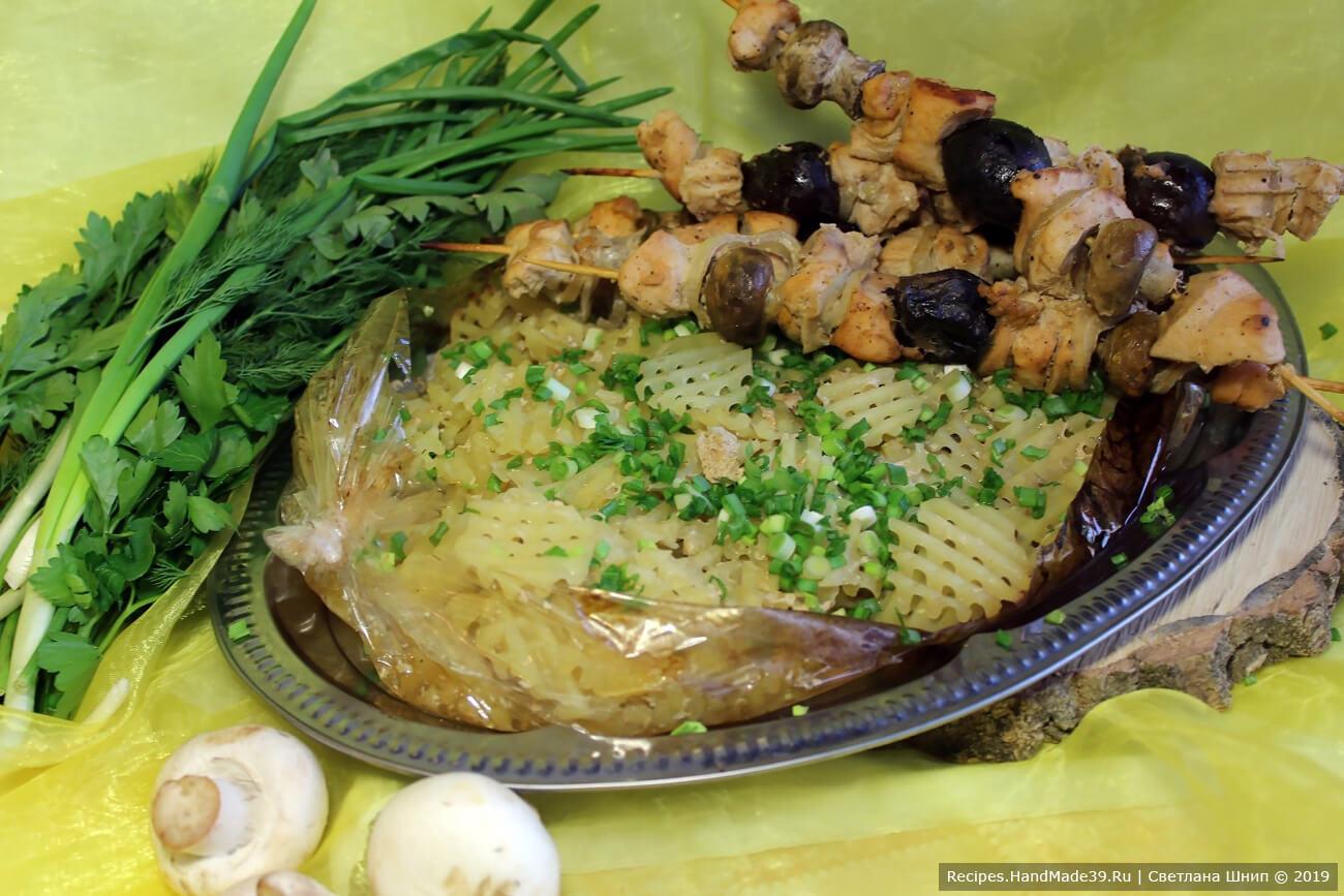 Куриный шашлык с грибами, запечённый в рукаве с картофелем подавать с зеленью. Приятного аппетита!