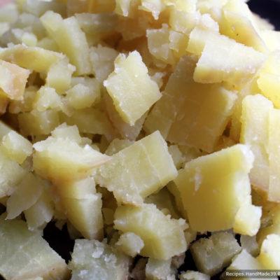 Картофель отварить в кожуре, остудить, очистить от кожуры. Нарезать кубиками