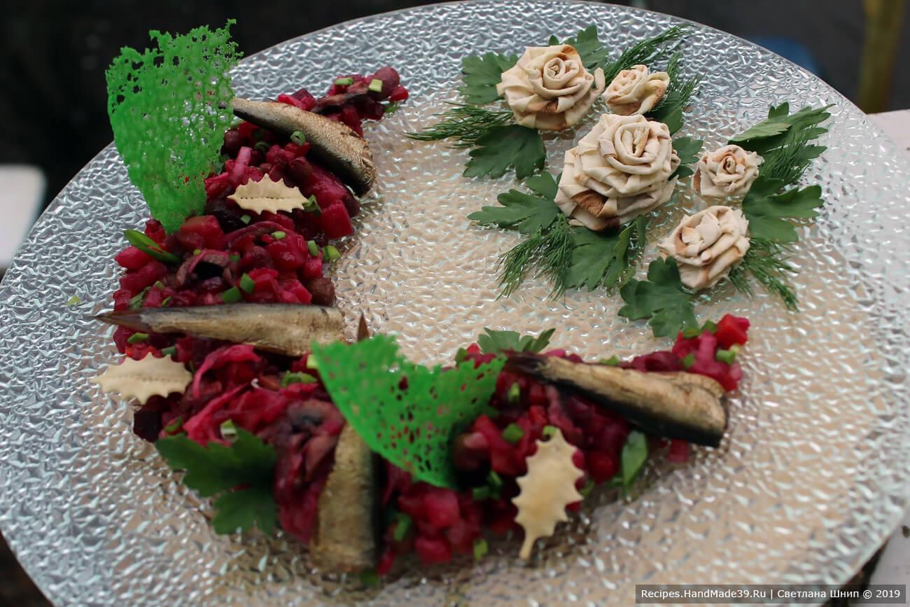 Винегрет можно украсить цветными чипсами и розами из лаваша