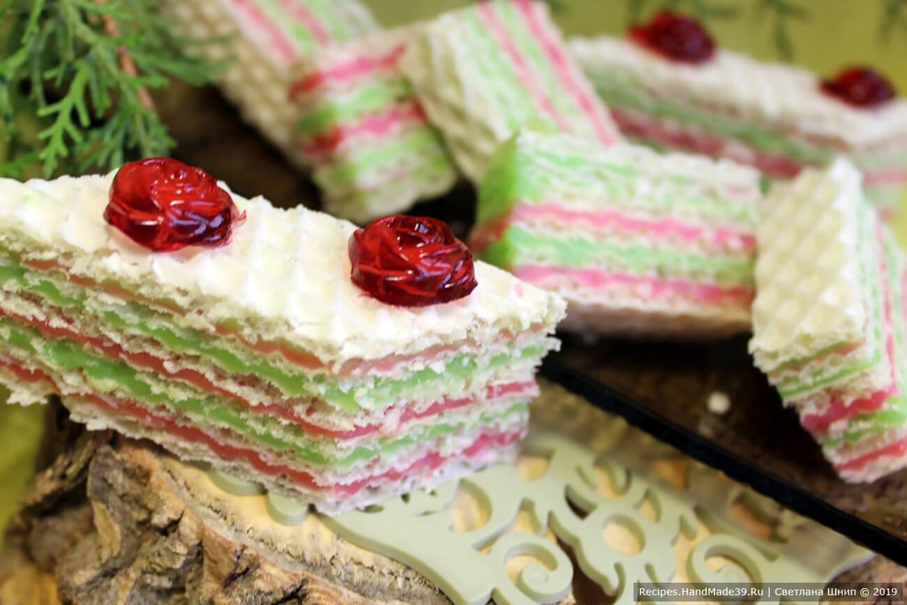 Перед подачей разрезать торт острым ножом на кусочки. В качестве украшения можно использовать готовые фигурки из желе или шоколада. Приятного аппетита!