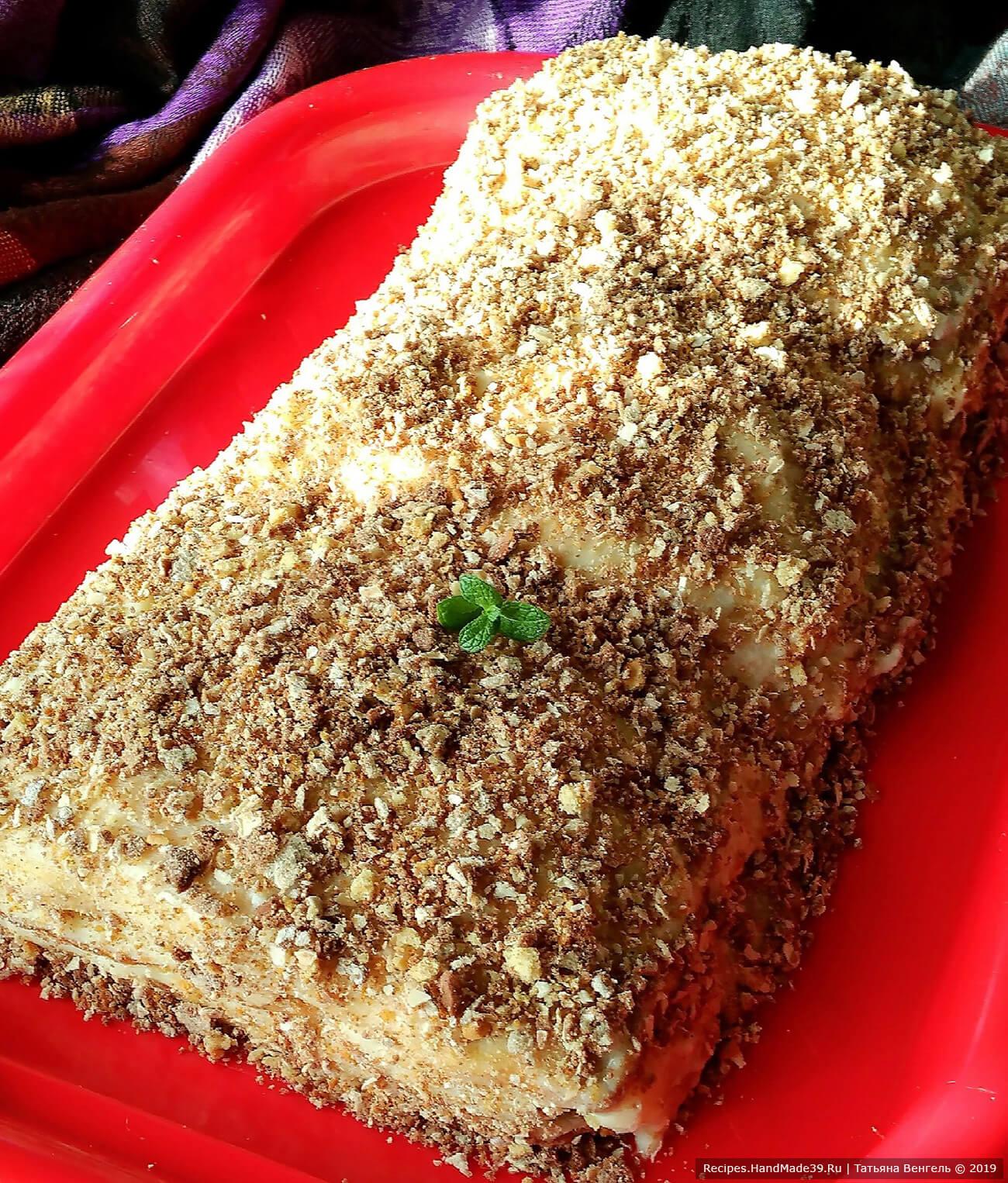 Обсыпать измельченной крошкой печенья или вафель (можно орехами). Баварский яблочный торт с заварным кремом готов, приятного аппетита!