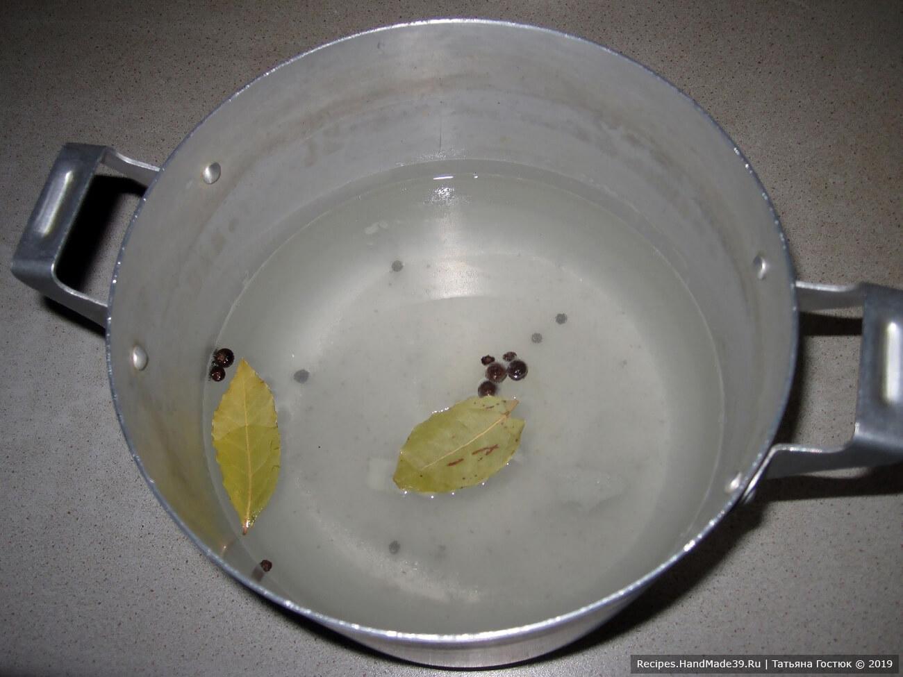 Соль растворяем в воде, добавляем перец горошком, гвоздику, лавровый лист. Доводим до кипения