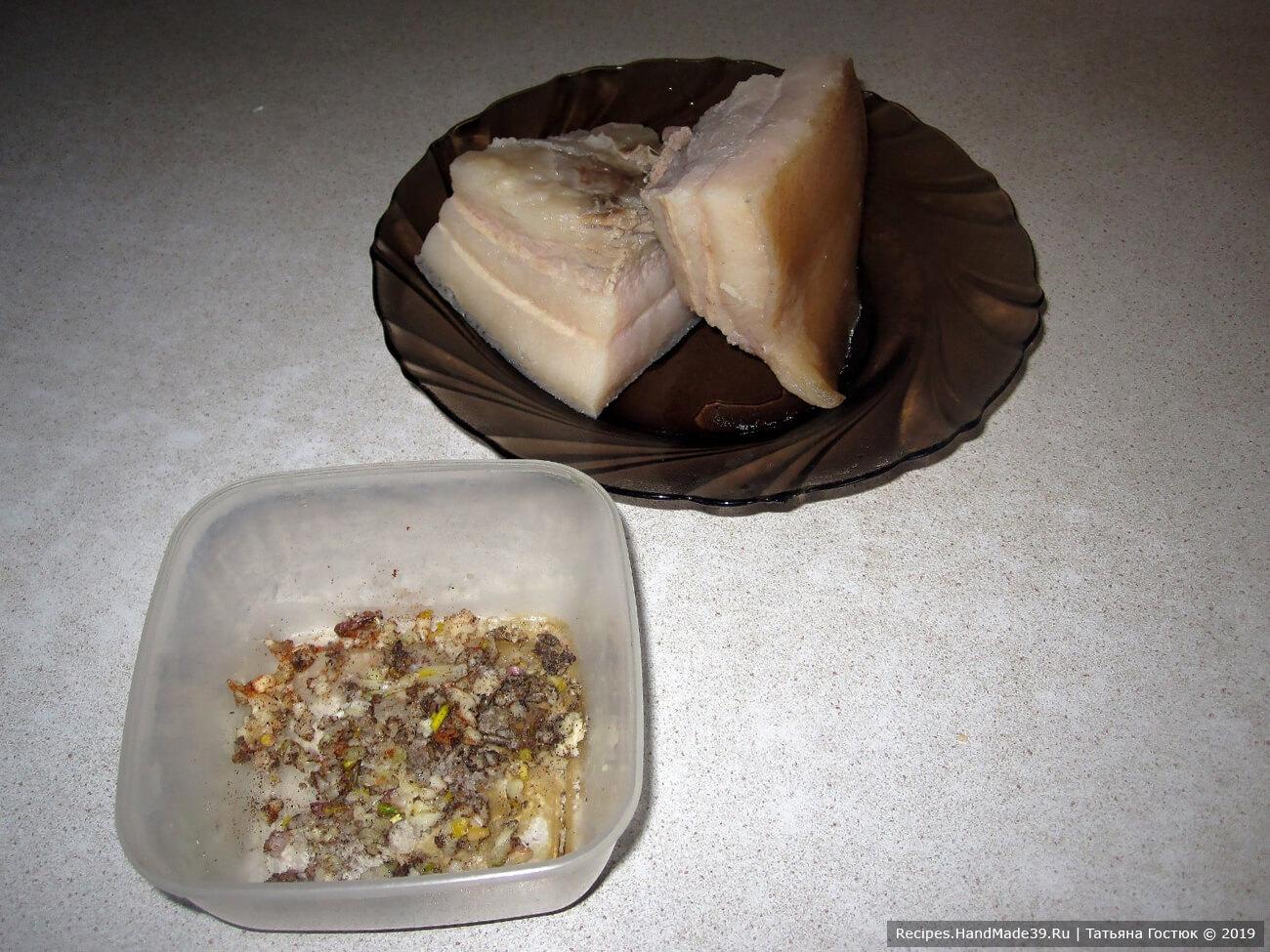 Чеснок пропускаем через пресс, смешиваем с солью и любимыми специями (я использовала чёрный молотый перец и паприку), хорошенько перемешиваем