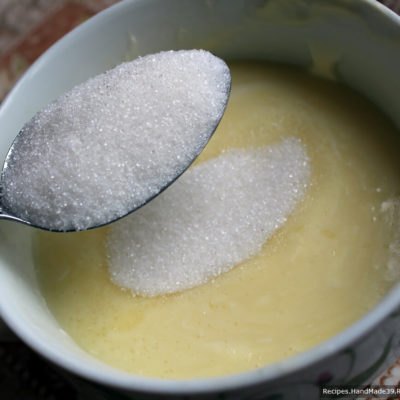 Разогреть сливочное масло. Добавить сахар