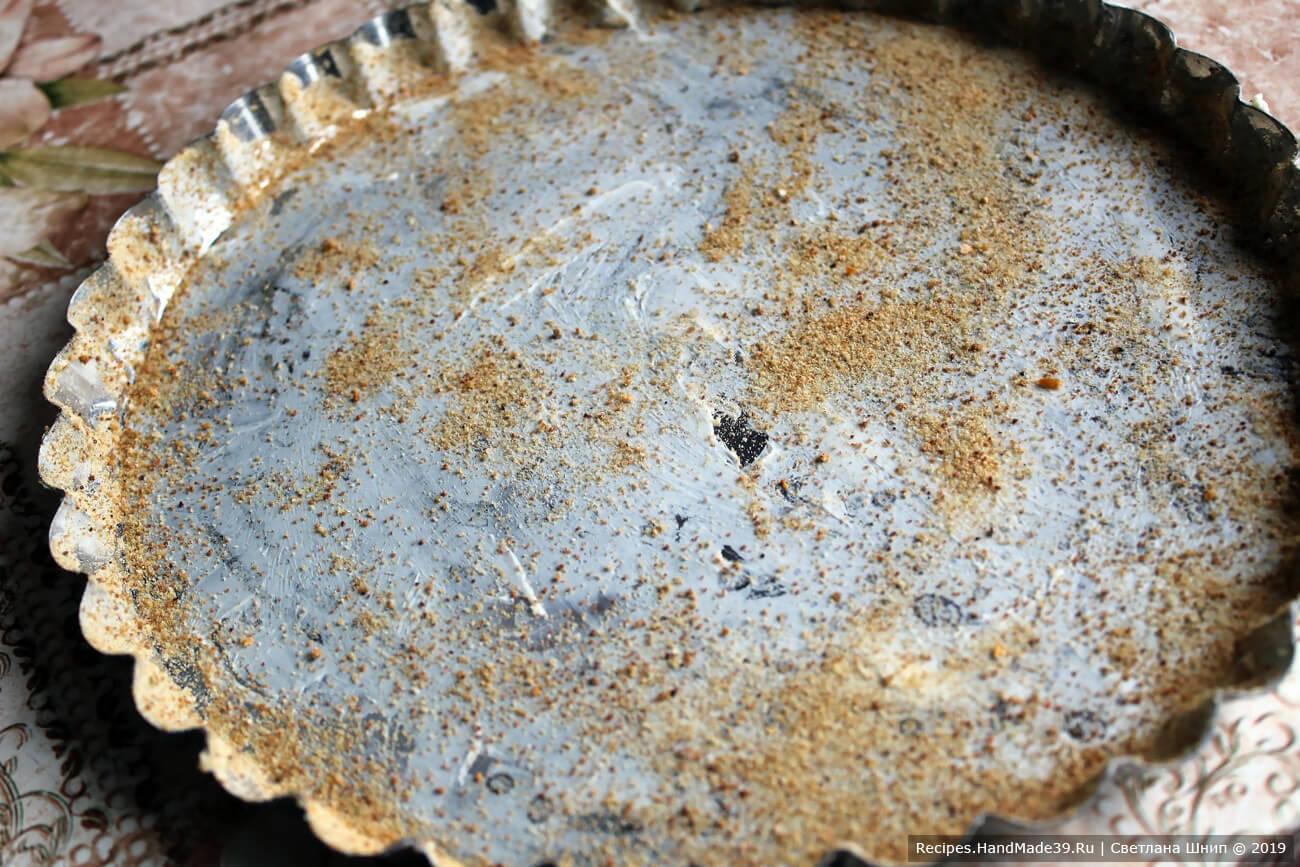 Подошедшее тесто выложить на разделочную доску, слегка присыпать мукой. Раскатать тесто по размеру формы для выпечки. Форму смазать маслом