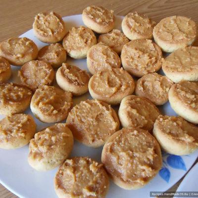 Начинить каждую половинку печенья кремом