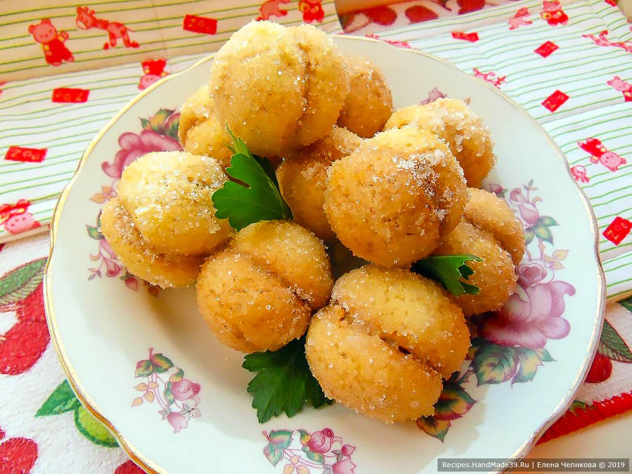 Обвалять пирожные в сахаре, и «персики» с варёной сгущёнкой готовы! Приятного аппетита!