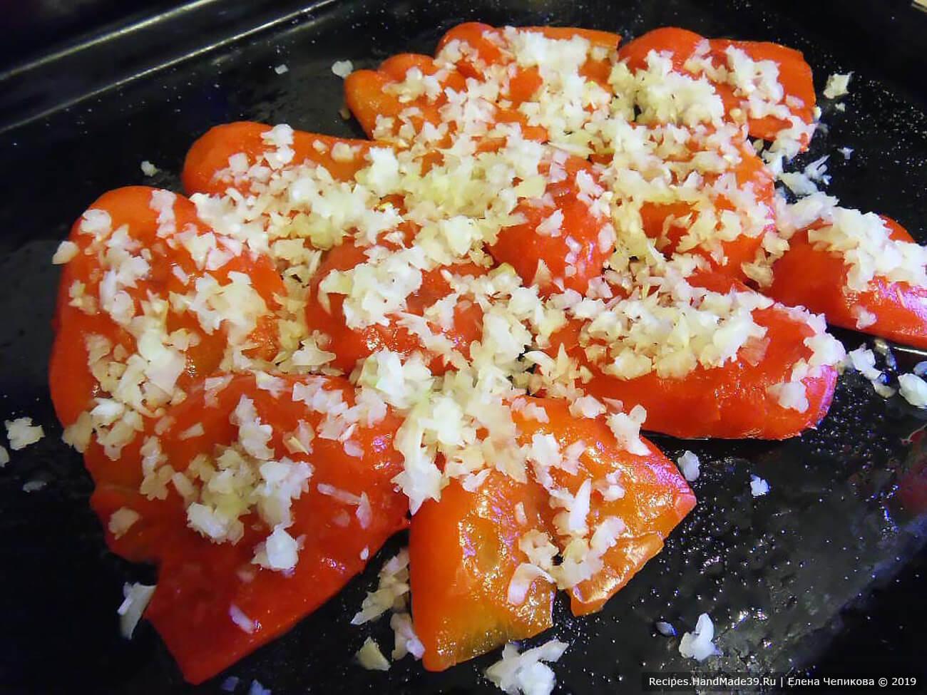 Выложить очищенный перец на смазанный маслом противень. Перец сверху смазать маслом, посолить, поперчить, посыпать измельчённым луком и чесноком. Запекать ещё 10 минут