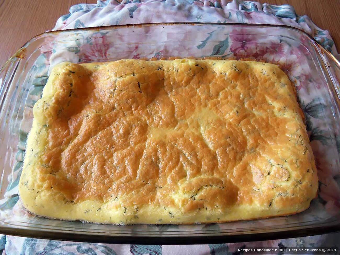 Вылить омлетную массу в форму, смазанную маслом, и запекать в духовке при температуре 200 °C до образования золотистой корочки